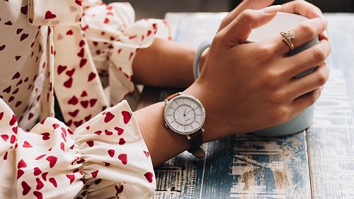 cách đeo đồng hồ nữ chuẩn